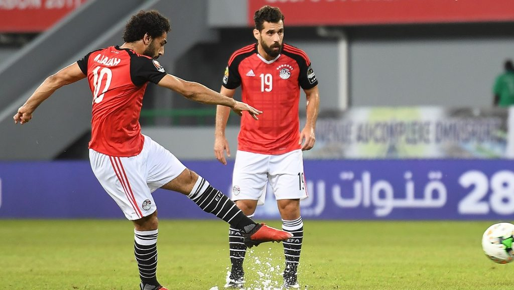 Egypt's forward Mohamed Salah (L) takes a free kick to score a goal during the 2017 Africa Cup of Nations group D football match between Egypt and Ghana in Port-Gentil on January 25, 2017. / AFP PHOTO / Justin TALLIS