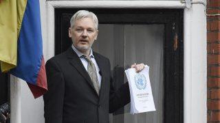 London, 2016. augusztus 11. 2016. február 5-i képen Julian Assange, a WikiLeaks oknyomozó internetes portál alapítója sajtótájékoztatót tart menedékhelyén, Ecuador londoni nagykövetségén, ahová négy éve menekült, mert a brit hatóságok jóváhagyták kiadatását Svédországnak. Ecuador 2016. augusztus 11-én engedélyt adott, hogy svéd ügyészek kihallgathassák a londoni nagykövetségén meghúzódó Assange-t az ellene szexuális erõszak vádjával folyó eljárásban. (MTI/EPA/Facundo Arrizabalaga)