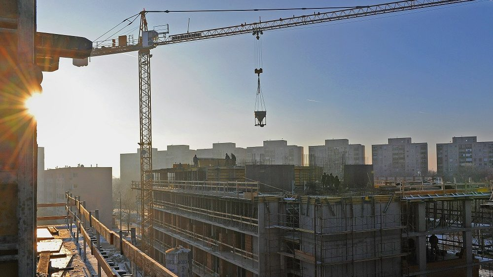 Debrecen, 2016. december 16. Egy ütemben 2017. augusztusára, 7 szinten, 224 lakással, zöld tetõs kivitelben épül Debrecenben a Dóczy Lakópark, a Bord Építész Stúdió Kft. tervei szerint. A középfolyosós épületegyüttes emeleti szintjein folyamatos a betonacél szerelés és a betonozás, lent pedig elkezdõdtek a szakipari munkák. MTVA/Bizományosi: Oláh Tibor  *************************** Kedves Felhasználó! Ez a fotó nem a Duna Médiaszolgáltató Zrt./MTI által készített és kiadott fényképfelvétel, így harmadik személy által támasztott bárminemû – különösen szerzõi jogi, szomszédos jogi és személyiségi jogi – igényért a fotó készítõje közvetlenül maga áll helyt, az MTVA felelõssége e körben kizárt.