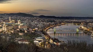 Budapest, 2015. november 18. Budapest látképe esti kivilágításban. Balra a Budai Vár és a Mátyás-templom, jobbra a Pesti Dunakorzó, középen a Lánchíd, távolabb a Margit híd. MTVA/Bizományosi: Róka László  *************************** Kedves Felhasználó! Ez a fotó nem a Duna Médiaszolgáltató Zrt./MTI által készített és kiadott fényképfelvétel, így harmadik személy által támasztott bárminemû – különösen szerzõi jogi, szomszédos jogi és személyiségi jogi – igényért a fotó készítõje közvetlenül maga áll helyt, az MTVA felelõssége e körben kizárt.