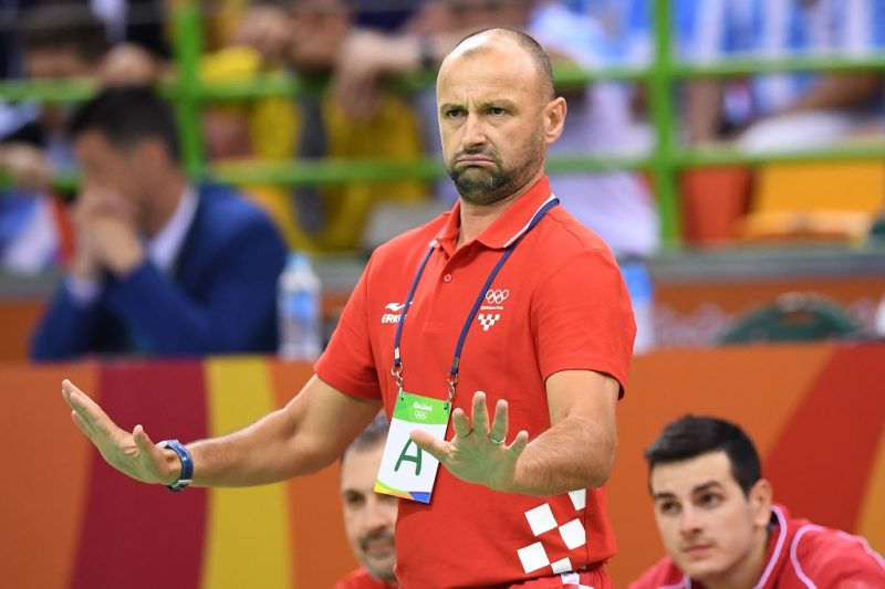 Croatia's coach Zeljko Babic gestures during the men's preliminaries Group A handball match Argentina vs Croatia for the Rio 2016 Olympics Games at the Future Arena in Rio on August 9, 2016. / AFP PHOTO / Eric FEFERBERG