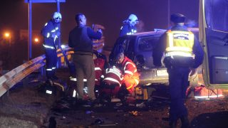 Budapest, 2017. január 20. Mentõk látják el a baleset egyik sérültjét egy összeroncsolódott személyautó mellett az M5-ös autópálya Határ úti felüljárójánál 2017. január 20-án. Az autó egy kisteherautóval ütközött össze, utasai közül egy meghalt, ketten súlyosan megsérültek. MTI Fotó: Mihádák Zoltán