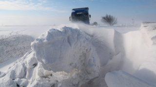 Gesztely, 2017. január 18. Hófúvásban elakadt kamion Borsod-Abaúj-Zemplén megyében, a Gesztely és Újharangod közötti úton 2018. január 18-án. MTI Fotó: Vajda János