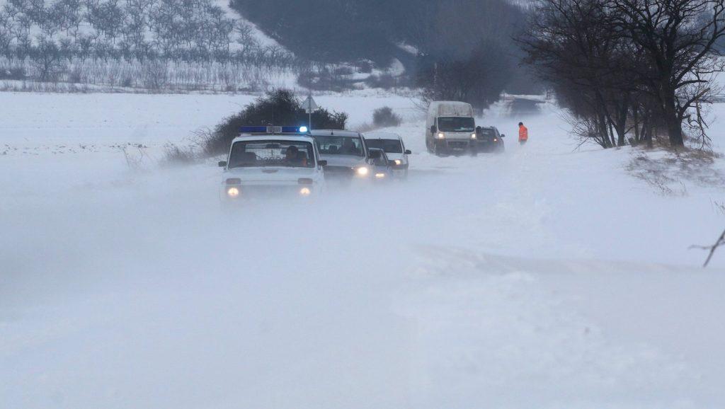 Legyesbénye, 2017. január 18. Járművek haladnak a hófúvásban Legyesbénye közelében 2017. január 18-án. MTI Fotó: Vajda János