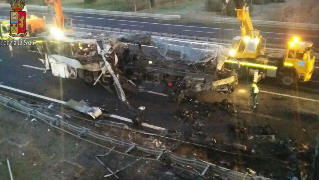Verona, 2017. január 21. Az olasz rendõrség által közzétett felvételen a magyar diákokat szállító, kiégett autóbusz az olaszországi A4-es autópályán egy veronai csomópontnál 2017. január 21-én. A Franciaországból hazafelé tartó busz balesetében tizenhat középiskolás diák életét vesztette, a sérültek száma 39. (MTI/EPA)