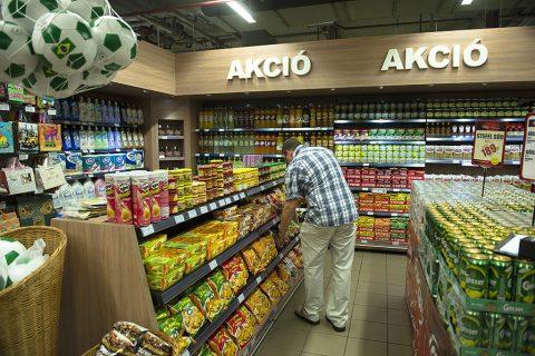 Budapest, 2014. július 7.Chipsek között válogat egy vásárló a CBA üzletlánc boltjában egy budapesti bevásárlóközpontban 2014. július 7-én, ahol Fazekas Sándor földművelésügyi miniszter a magyar dinnyét népszerűsítette.MTI Fotó: Koszticsák Szilárd