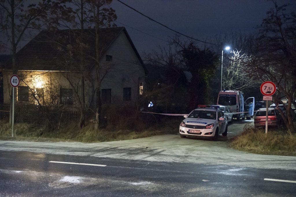 Érd, 2017. január 12. Bűnügyi helyszínelők dolgoznak 2017. január 11-én a Pest megyei Érden, a Törökbálinti út és Tölgyfa utca kereszteződésénél, ahol állampolgári bejelentés alapján halott csecsemőt találtak egy családi ház mellett. MTI Fotó: Lakatos Péter