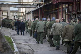 Vác, 2014. december 5.Fogvatartottak vonulnak a munka végeztével a Váci Fegyház és Börtön udvarán 2014. december 4-én. A büntetés-végrehajtási intézetben december elsejétől hallható a Rács FM börtönrádió, amelynek célja, hogy a rabok aktív közreműködésével olyan belső információs fórum jöjjön létre, amely segíti a fegyintézeti életet, valamint a szabadulás utáni visszailleszkedést.MTI Fotó: Cseke Csilla
