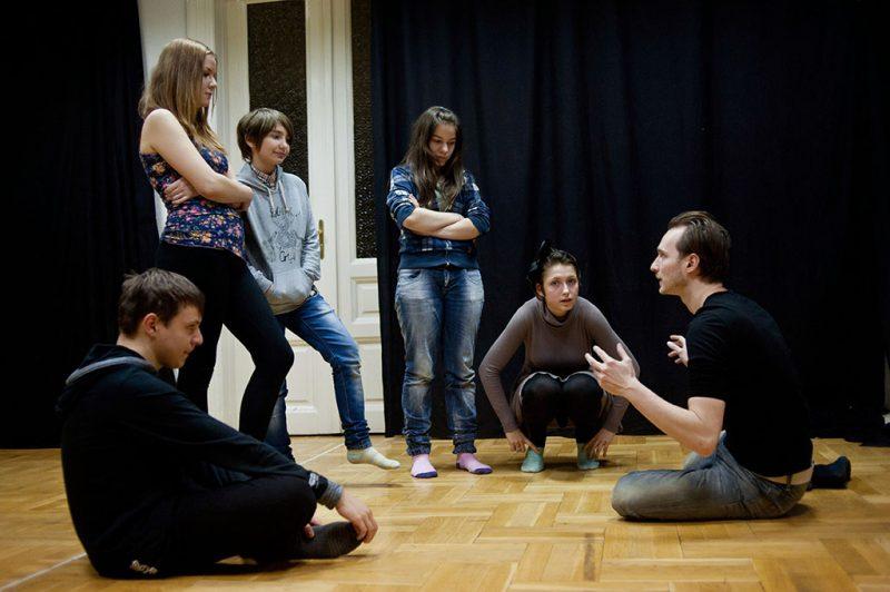 Budapest, 2013. január 17.Jászberényi Gábor, színész, a Karaván Művészeti Alapítvány munkatársa (j) színészmesterség órát tart a növendékeknek az intézmény IX. kerületi stúdiójában 2013. január 17-én. A Karaván Művészeti Alapítvány 2000-ben alakult Budapesten azzal a céllal, hogy tandíjmentes színészképző stúdiót működtessen elsősorban tehetséges roma és minden olyan fiatal számára, akiknek egy fizetős színi tanoda költségei túl megterhelőek lennének.MTI Fotó: Kallos Bea