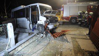 Bicske, 2017. január 6. Összetört autóbusz mellett dolgoznak tûzoltók Bicskén 2017. január 6-án. A Batthyány utcában haladó különjárati autóbusz vezetõje ismeretlen okból - valószínûleg rosszullét miatt - letért az útról és egy ház kerítésének ütközött. A sofõr a helyszínen meghalt, a busz utasai nem sérültek meg a balesetben. MTI Fotó: Mihádák Zoltán