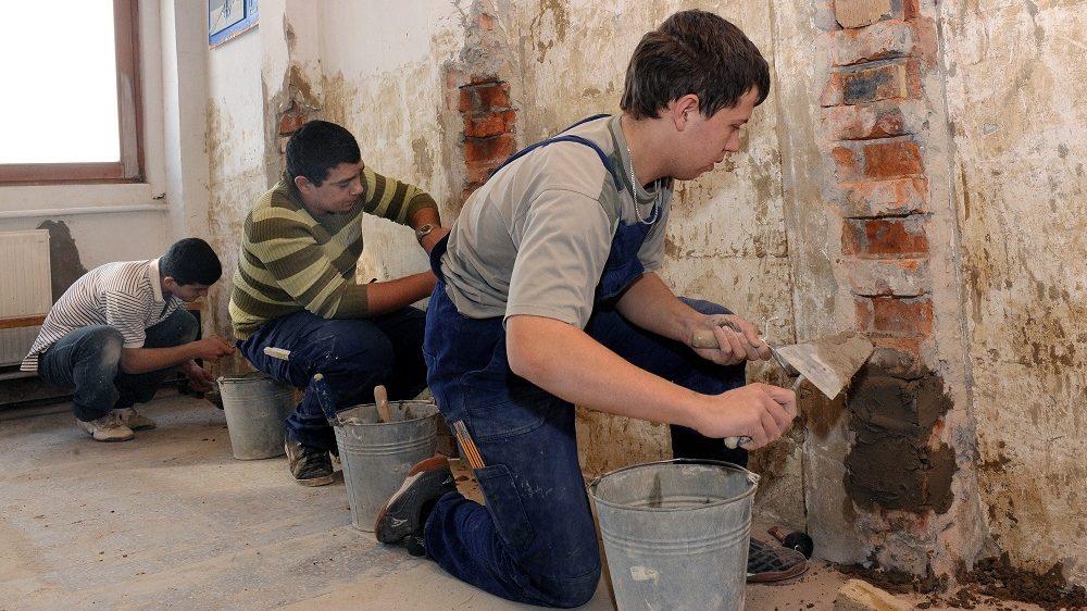 Debrecen, 2010. február 1. Gyakorlati foglalkozás a kõmûves mûhelyben. A debreceni Povolny Ferenc Szakképzõ Intézetben a februártól esedékes, tízezer forintos támogató ösztöndíjból 70 tanuló részesülhet, miután az ott oktatott tíz szakma közül három - az ács-állványozó a szerkezetlakatos és a kõmûves - számít hiányszakmának. Szakmunkásösztöndíj-programot indított a kormány február 1-jétõl. A hiányszakmát tanuló diákok 2,5-es átlag felett havi 10 ezer forintos ösztöndíjat kaphatnak, amelynek összege jövõre a tanulmányi eredménytõl függõen akár 25-30 ezer forintra is emelkedhet. MTI Fotó: Oláh Tibor