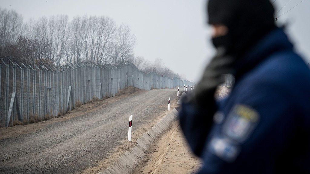 Kelebia, 2016. december 15.Szolgálatot teljesítő rendőr a déli határszakaszon Kelebia térségében 2016. december 15-én.MTI Fotó: Ujvári Sándor