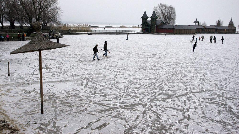 Keszthely, 2011. január 2. Korcsolyázók és szánkózók a Balaton jegén a keszthelyi városi strandon. A hivatalos jégpályák kijelölését 2010. január 3-tól tervezik a Balatonon az önkormányzatok és a strandüzemeltetõk, a téli sportok kedvelõi azonban már javában korcsolyáznak a part menti jégen. MTI Fotó: Varga György