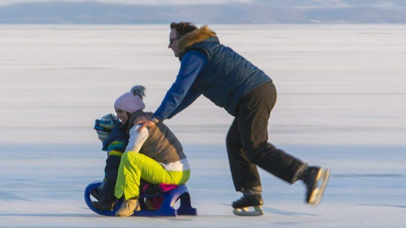 Keszthely, 2017. január 15. Egy korcsolyázó férfi szánkón tolja családját a Balaton jegén a keszthelyi városi strandon 2017. január 15-én. A nagy érdeklõdés miatt ettõl a naptól újból lehet korcsolyázni a Balatonon, bár a hét végi havazás rontott a jég minõségén. MTI Fotó: Varga György
