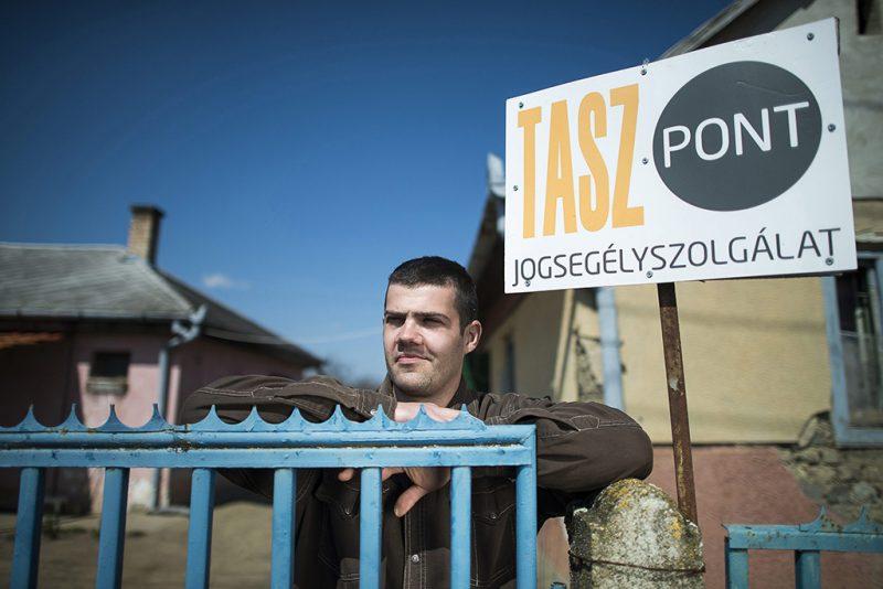 Érpatak, 2013. április 16.A Társaság a Szabadságjogokért (TASZ) jogvédő szervezet jogsegélyszolgálatát ellátó Szőllősi Gábor áll háza kapujában Érpatakon 2013. április 16-án.MTI Fotó: Balázs Attila