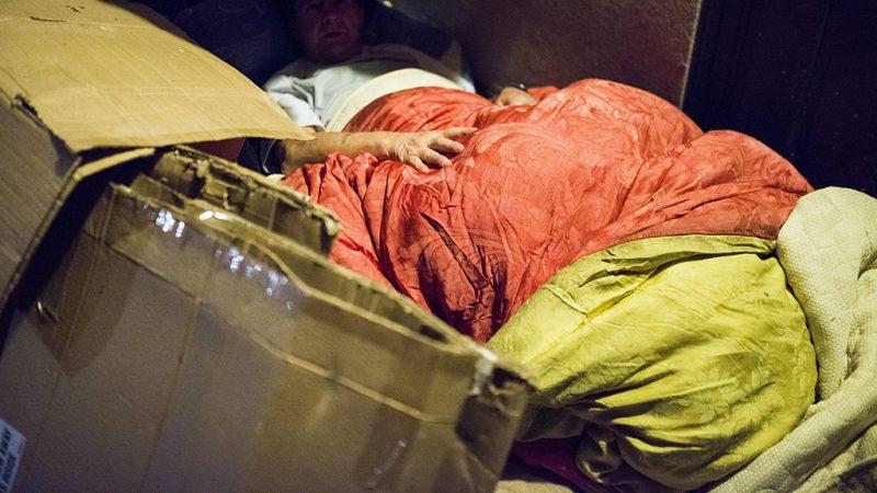 Nyíregyháza, 2014. december 24.Az éjféli szentmisén résztvevő Antal Barnabás József hajléktalan pihen az alvóhelyén, Nyíregyháza belvárosában 2014. december 24-én.MTI Fotó: Balázs Attila