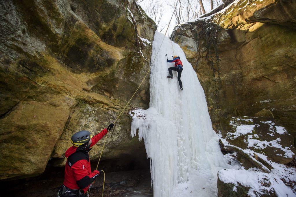 Sátorosbánya, 2017. január 29. Hegymászók edzenek egy megfagyott vízesés jégfalán a felvidéki Sátorosbánya közelében 2017. január 29-én. MTI Fotó: Komka Péter