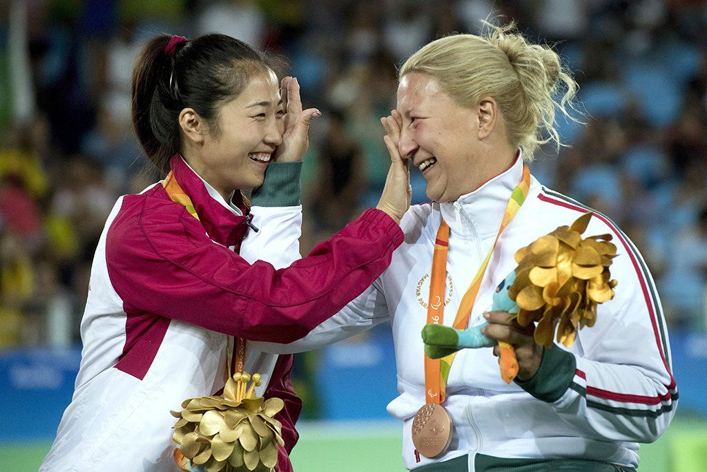 Rio de Janeiro, 2016. szeptember 15.A győztes kínai Zsung Csing (b) és a bronzérmes Krajnyák Zsuzsanna a riói paralimpia A sérültségi kategória tőr egyéni versenyének eredményhirdetésén a 2-es Karióka Arénában 2016. szeptember 14-én.MTI Fotó: Koszticsák Szilárd