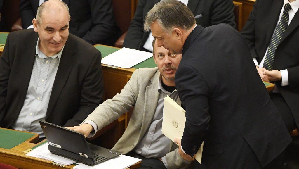 Budapest, 2016. november 14. Orbán Viktor miniszterelnök (j) és Révész Máriusz fideszes képviselõ beszélget az Országgyûlés plenáris ülésén 2016. november 14-én. Mellettük Vas Imre, a Fidesz képviselõje (b). MTI Fotó: Koszticsák Szilárd