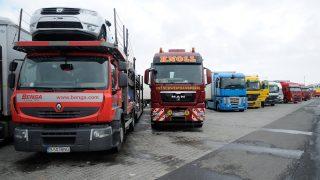 Inárcs, 2013. március 16. Várakozó Nyugat-Európába tartó román kamionosok az M5-ös autópálya inárcsi pihenõjénél 2013. március 16-án. A rendõrség megtiltotta a kamionok belépését a röszkei és a nagylaki határátkelõhelynél, az úton lévõ jármûveket pedig úti céltól függõen megállítják a parkolóknál. MTI Fotó: Kelemen Zoltán Gergely
