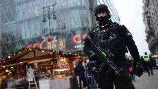 Budapest, 2016. december 20. A Terrorelhárítási Központ (TEK) egyik munkatársa Budapesten, a Vörösmarty téren 2016. december 20-án. A december 19-i berlini merénylet után megerősítik a rendőri biztosítást azokon a magyarországi helyeken, ahol nagy tömeg tartózkodik, így például a karácsonyi vásárokon. MTI Fotó: Marjai János