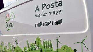 Budapest, 2016. december 14. Nissan eNV200 Van Acenta típusú kisáruszállító kézbesítõkocsi a Magyar Posta Zrt. új elektromos autóflottáját bemutató sajtótájékoztatón a Posta központi jármûtelepén 2016. december 14-én. A vállalat 18 darab Nissan elektromos kisáruszállító autóval bõvítette gépjármûflottáját, a fejlesztés összköltsége 127 millió forint plusz az ezt terhelõ általános forgalmi adó (áfa). MTI Fotó: Máthé Zoltán