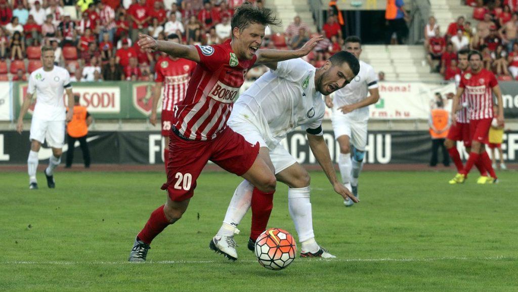 Miskolc, 2016. július 23. A diósgyõri Nikházi Márk (b) és az újpesti Bojan Sankovic (j) a labdarúgó OTP Bank Liga 2. fordulójában játszott Diósgyõri VTK - Újpest FC mérkõzésen a miskolci DVTK Stadionban 2016. július 23-án. Diósgyõri VTK-Újpest FC 2-1. MTI Fotó: Vajda János