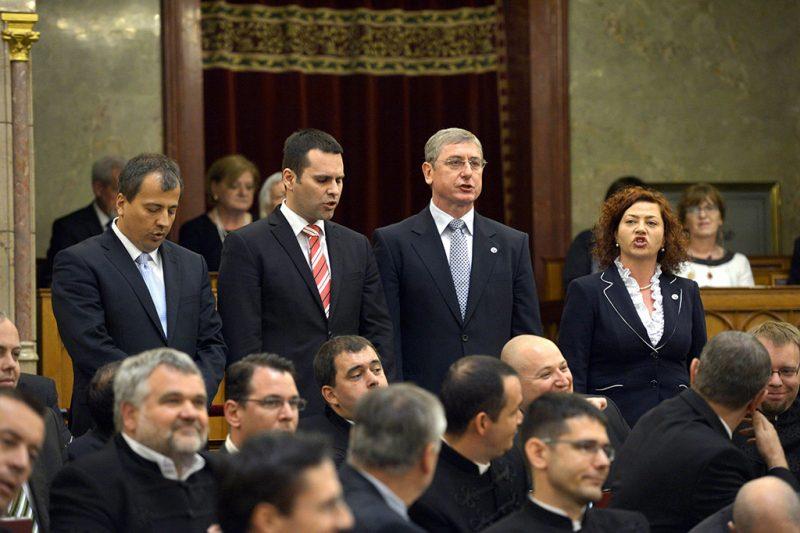 """Budapest, 2014. május 6.Oláh Lajos, Molnár Csaba, Gyurcsány Ferenc, és Vadai Ágnes (b-j) a Demokratikus Koalíció (DK) képviselői kiegészítik a képviselői eskü szövegét az Országgyűlés alakuló ülésén a Parlamentben 2014. május 6-án. Az ellenzéki párt politikusai az eskü szövegéhez hozzátették: """"Fogadom, hogy mindent megteszek a köztársaság újbóli megalapításáért. Minden erőmmel azon leszek, hogy népszavazással új alkotmánya legyen a Magyar Köztársaságnak.""""MTI Fotó: Beliczay László"""