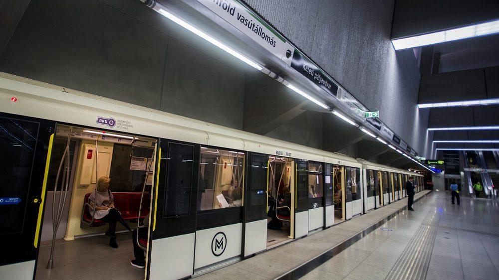Budapest, 2015. szeptember 26. Utasok várnak a 4-es metró automata szerelvényének indulására a Keleti pályaudvar megállóhelynél 2015. szeptember 26-án. Ettõl a naptól a teljes üzemidõben jármûkísérõ személyzet nélkül közlekednek az automata szerelvények a vonalon. MTI Fotó: Balogh Zoltán