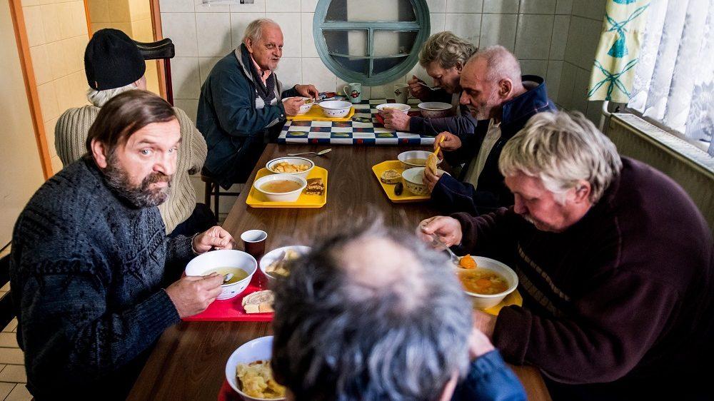 Budapest, 2017. január 9. Férfiak ebédelnek az otthontalanokat segítõ Menhely alapítvány Vajdahunyad utcai otthonában, Budapesten 2017. január 8-án. MTI Fotó: Balogh Zoltán