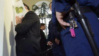 Debrecen, 2015. január 14. Fegyõrök vezetik elõ Vizoviczki Lászlót (b) az ellene és 21 társa ellen hivatali vesztegetés és más bûncselekmények miatt indult büntetõper tárgyalására a Debreceni Törvényszéken 2015. január 14-én. MTI Fotó: Czeglédi Zsolt