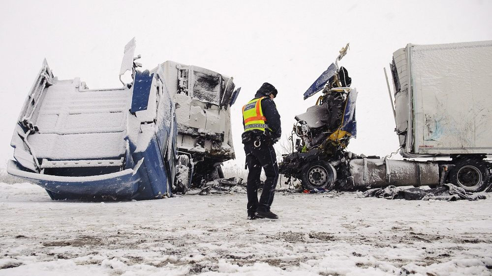 Hajdúszoboszló, 2017. január 14. Baleset helyszíne a 4-es fõút Hajdúszoboszló és Kaba közötti szakaszán 2017. január 14-én, ahol két kamion ütközött össze frontálisan. A balesetben az egyik jármû vezetõje a helyszínen életét vesztette. MTI Fotó: Czeglédi Zsolt