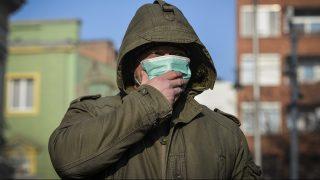 Debrecen, 2017. január 23. Egy férfi szájmaszkot visel Debrecenben 2017. január 23-án. A városban hajnalban elrendelték a szmogriadó riasztási fokozatát. MTI Fotó: Czeglédi Zsolt
