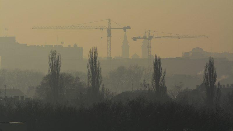 Debrecen, 2017. január 23. Debrecen belvárosa párás, poros idõben 2017. január 23-án. A városban hajnalban elrendelték a szmogriadó riasztási fokozatát. MTI Fotó: Czeglédi Zsolt