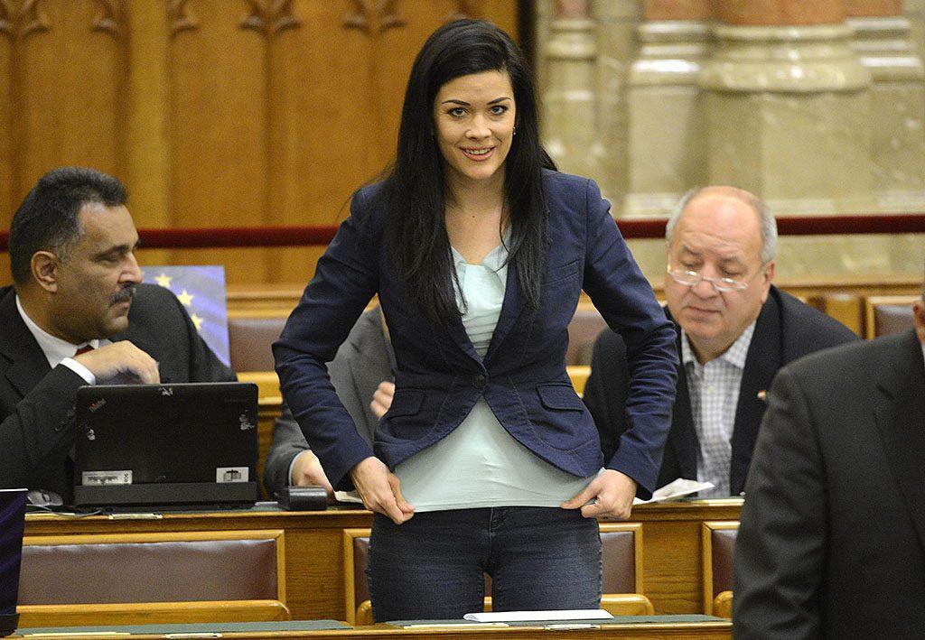 Budapest, 2014. december 8.Demeter Márta MSZP-s képviselő megigazítja a ruháját az Országgyűlés plenáris ülésén 2014. december 8-án.MTI Fotó: Kovács Tamás