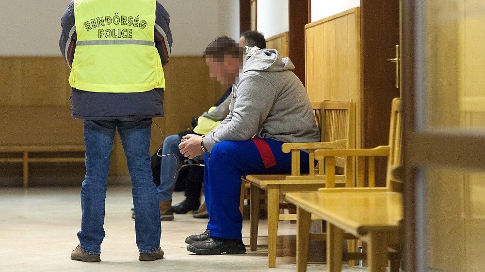 Gyõr, 2017. január 13. Egy tizennégy évvel ezelõtt elkövetett gyilkossággal gyanúsított férfit õriznek a rendõrök a Gyõri Járásbíróság folyosóján 2017. január 13-án. A bíróság döntött a férfi elõzetes letartóztatásáról, akit a tizennégy évvel ezelõtti gönyûi gyilkossággal, az akkor 22 éves gyõri Tompa Eszter megölésével gyanúsítanak. MTI Fotó: Krizsán Csaba