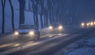 Budapest, 2017. január 23. Gépjármûvek közlekednek a 11-es fõúton Békásmegyeren 2017. január 23-án. Tarlós István fõpolgármester elrendelte a szmogriadó riasztási fokozatát a fõvárosban. A magas szállópor-koncentráció miatt ezen a napon reggel 6 órától minden nap 22 óráig Budapest közigazgatási területén tilos azzal a gépjármûvel közlekedni, amelynek forgalmi engedélyében a környezetvédelmi osztályt jelölõ kód 0; 1; 2; 3; 4, vagy amelyek forgalmi engedélye nem tartalmaz környezetvédelmi osztályt jelölõ kódot. MTI Fotó: Mohai Balázs
