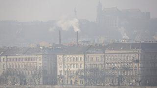 Budapest, 2017. január 24.Szmog Budán 2017. január 24-én. A fővárosban 2017. január 22-én elrendelték a szmogriadó riasztási fokozatát, 23-án kis mértékben javult a levegő minősége, de a riasztási fokozatot fenntartják. A magas szállópor-koncentráció miatt elrendelt közlekedési korlátozás is érvényben van. Reggel 6-tól 22 óráig Budapest közigazgatási területén tilos azzal a gépjárművel közlekedni, amelynek forgalmi engedélyében a környezetvédelmi osztályt jelölő kód: 0, 1, 2, 3 vagy 4, valamint amelynek a forgalmi engedélyében nincs környezetvédelmi osztályt jelölő kód.MTI Fotó: Mohai Balázs