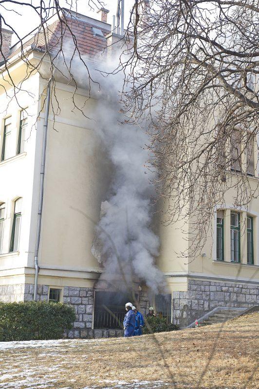Budapest, 2017. január 29. Tûzoltók dolgoznak egy társasházi villaépület földszinti lakásában keletkezett tûz oltásán a XI. kerületben, a Ménesi úton 2017. január 29-én. A lakástûzben két ember súlyosan megsérült. MTI Fotó: Lakatos Péter