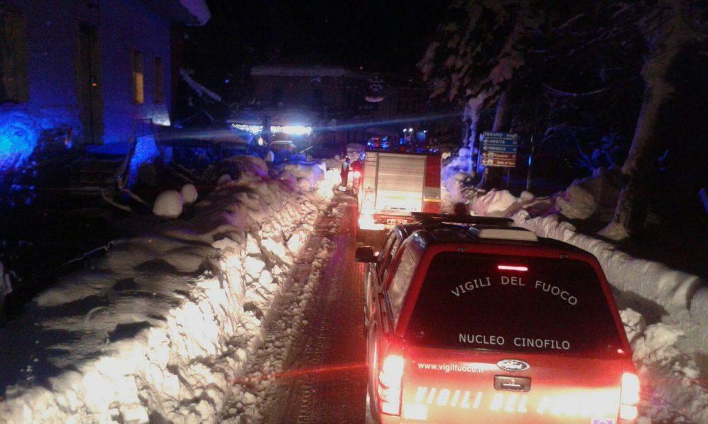 Farindola, 2017. január 19. Az olasz tûzoltóság által 2017. január 19-én közreadott képen mentõegységek jármûoszlopa halad egy hókotró munkagép mögött a közép-olaszországi Farindola település Rigopiano nevû hegyi szállója felé, amelyet teljesen maga alá temett a lavina elõzõ nap.  A hegyimentõ szolgálat szerint szerint akár 20 ember is a hótömeg alatt rekedhetett. (MTI/EPA/Olasz tûzoltóság)