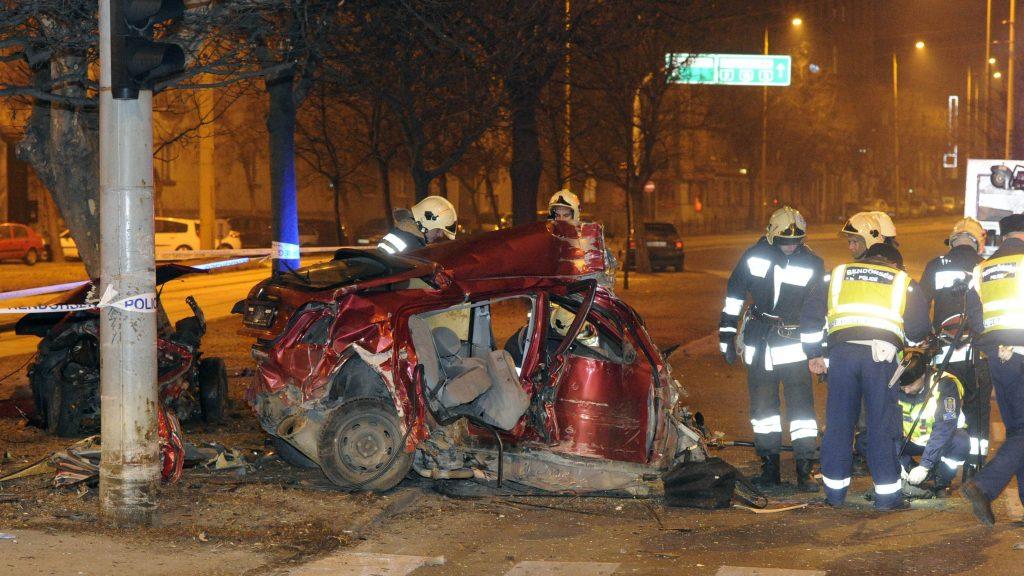 Budapest, 2017. január 30. Rendõrök helyszínelnek Budapesten a Krisztina körút és a Maros utca keresztezõdésében, ahol egy személygépkocsi egy forgalomirányító lámpa oszlopának ütközött. A sofõr életét vesztette. MTI Fotó: Mihádák Zoltán