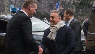 Szeged, 2017. január 30. Botka László (MSZP) polgármester (b) fogadja Orbán Viktor miniszterelnököt a szegedi városháza elõtt 2017. január 30-án. MTI Fotó: Ujvári Sándor