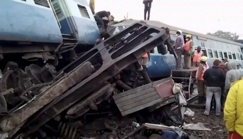 Kuneru, 2017. január 22. Videofelvételrõl készült kép a mentõegységek tagjairól a Dzsagdalpur-Bhubaneszvar expresszvonat kisiklott szerelvénynél a délkelet-indiai Andhra Prades állambeli Kuneru közelében 2017. január 22-én. Az éjfél körül történt balesetben legkevesebb huszonhárman életüket vesztették és mintegy százan megsérültek. (MTI/AP/KK Production)