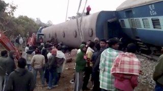 Kuneru, 2017. január 22. A videofelvételrõl készült képen emberek állnak a Dzsagdalpur-Bhubaneszvar expresszvonat kisiklott szerelvénynél a délkelet-indiai Andhra Prades állambeli Kuneru közelében 2017. január 22-én. Az éjfél körül történt balesetben legkevesebb huszonhárman életüket vesztették és mintegy százan megsérültek. (MTI/AP/KK Production)