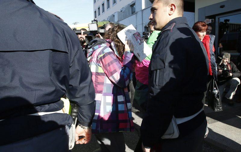 Verona, 2017. január 22. A veronai buszbaleset egyik túlélõje (k) érkezik az õket elszállásoló veronai hotelhez egy rendõrségi kihallgatás után 2017. január 22-én. Ezen a napon a két válságos állapotban lévõ sérült kivételével minden túlélõ elindult Magyarország felé. (MTI/AP/Antonio Calanni)