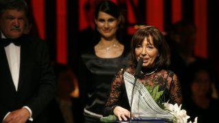 Budapest, 2007. december 7. Rangos Katalin, az MTV elnöki és mûsorpolitikai fõtanácsadója megköszöni az elismerést, miután átvette a magyar írott és elektronikus sajtó kategóriában a Prima Primissima Díjat a Mûvészetek Palotájában. Kiemelkedõ teljesítményükért a magyar szellemi élet, a kultúra, a mûvészet, a tudomány képviselõi ötödik alkalommal részesültek elismerésben a vállalkozók napján. MTI Fotó: Szigetváry Zsolt