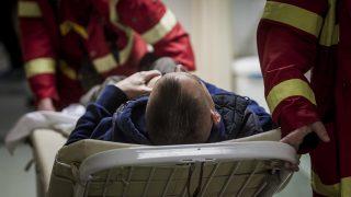 Budapest, 2017. január 31. Mentõk érkeznek egy beteggel a VIII. kerületi Fiuemi úti Péterfy Sándor utcai Kórház - Rendelõintézet és Baleseti Központba 2017. január 31-én. Ezen a napon a fõvárosra hullott ónos esõ miatt húsz százalékkal megnõtt a balesetben megsérültek száma. MTI Fotó: Szigetváry Zsolt