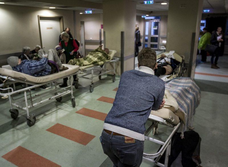 Budapest, 2017. január 31. Ellátásra váró sérültek a VIII. kerületi Fiuemi úti Péterfy Sándor utcai Kórház - Rendelõintézet és Baleseti Központban 2017. január 31-én. Ezen a napon a fõvárosra hullott ónos esõ miatt húsz százalékkal megnõtt a balesetben megsérültek száma. MTI Fotó: Szigetváry Zsolt