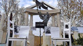 Budapest, 2016. november 26.Két szék és dokumentumok a Szabadság téren a főváros V. kerületében Párkányi Raab Péter szobrászművész 2014-ben felállított alkotása, a Német megszállás áldozatainak emlékműve előtt.MTVA/Bizományosi: Róka László ***************************Kedves Felhasználó!Ez a fotó nem a Duna Médiaszolgáltató Zrt./MTI által készített és kiadott fényképfelvétel, így harmadik személy által támasztott bárminemű – különösen szerzői jogi, szomszédos jogi és személyiségi jogi – igényért a fotó készítője közvetlenül maga áll helyt, az MTVA felelőssége e körben kizárt.