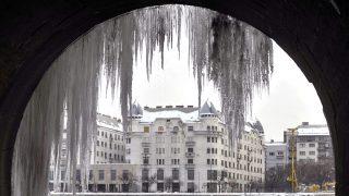 Budapest, 2010. február 3.Jégcsapok a Margit híd szigeti bejárójának alagútjában. Budapesten hajnalban -10 fokot mértek. Az Országos Meteorológiai Szolgálat előrejelzése szerint a főváros környékén további havazás mellett gyenge ónos eső is előfordulhat. MTI Fotó: Beliczay László